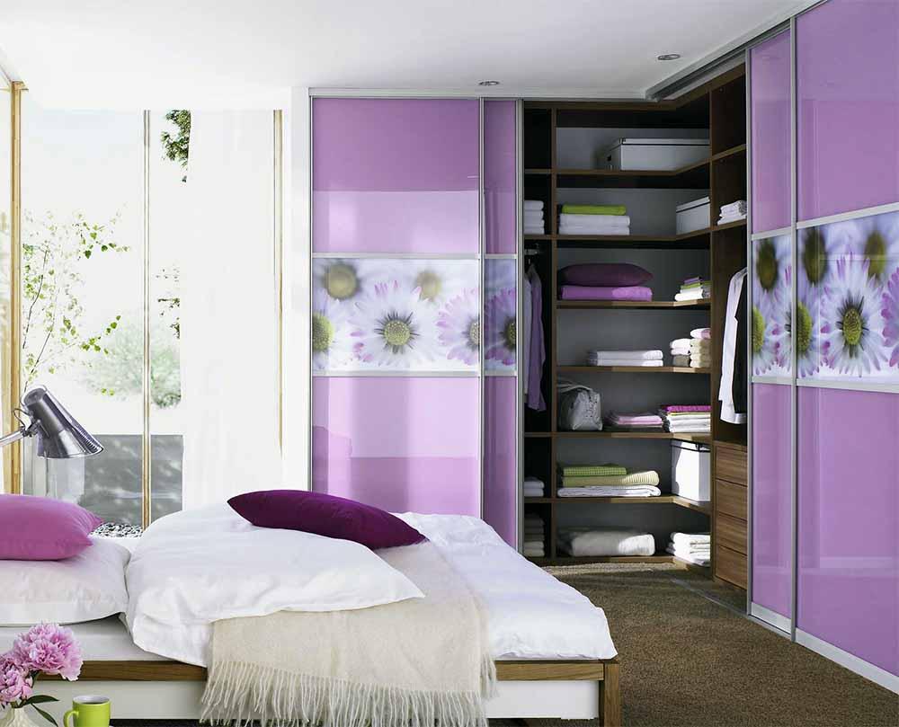 Угловой шкаф-купе в спальню с цветами
